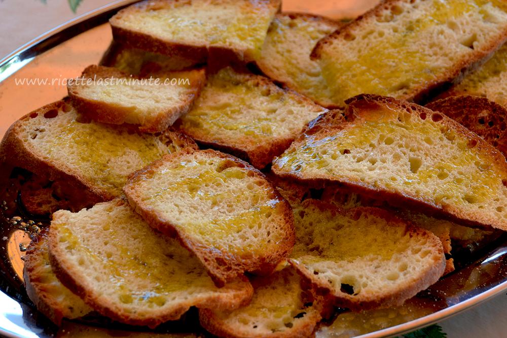 Crostini di pane sale e olio