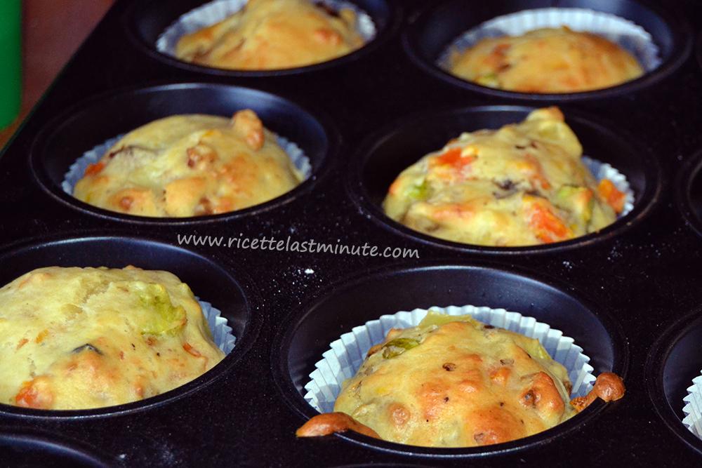 Muffin salati con verdure e formaggio