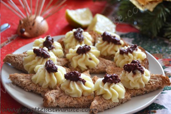 Tartine integrali con purè e patè di olive