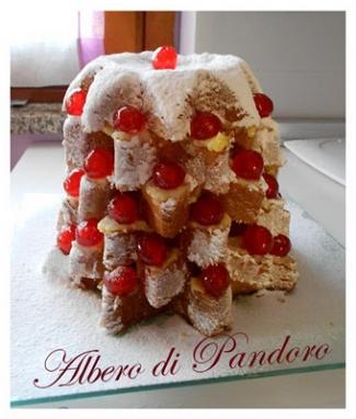 Albero di pandoro profumato al Cointreau con crema pasticcera