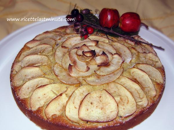 Torta di mele tritate con mandorle e cioccolato