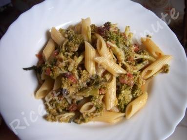 Pasta con broccoli, pinoli e uva passa