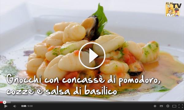 Gnocchi con concassé di pomodoro, cozze e salsa di basilico. Video ricetta dello Chef Angelo Scuderi.